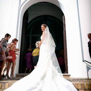 La novia en la entrada a la Iglesia
