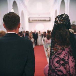 Madrina y novio en el Altar