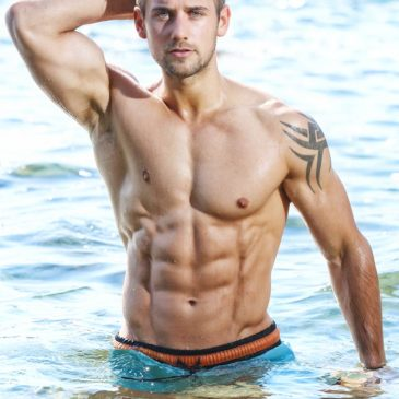 Sesión de playa con el modelo fitness Alex Crockford